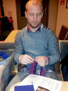 Jonas Jakobsen er første mann ut på årets strikkeprosjekt på ferja Lovund.